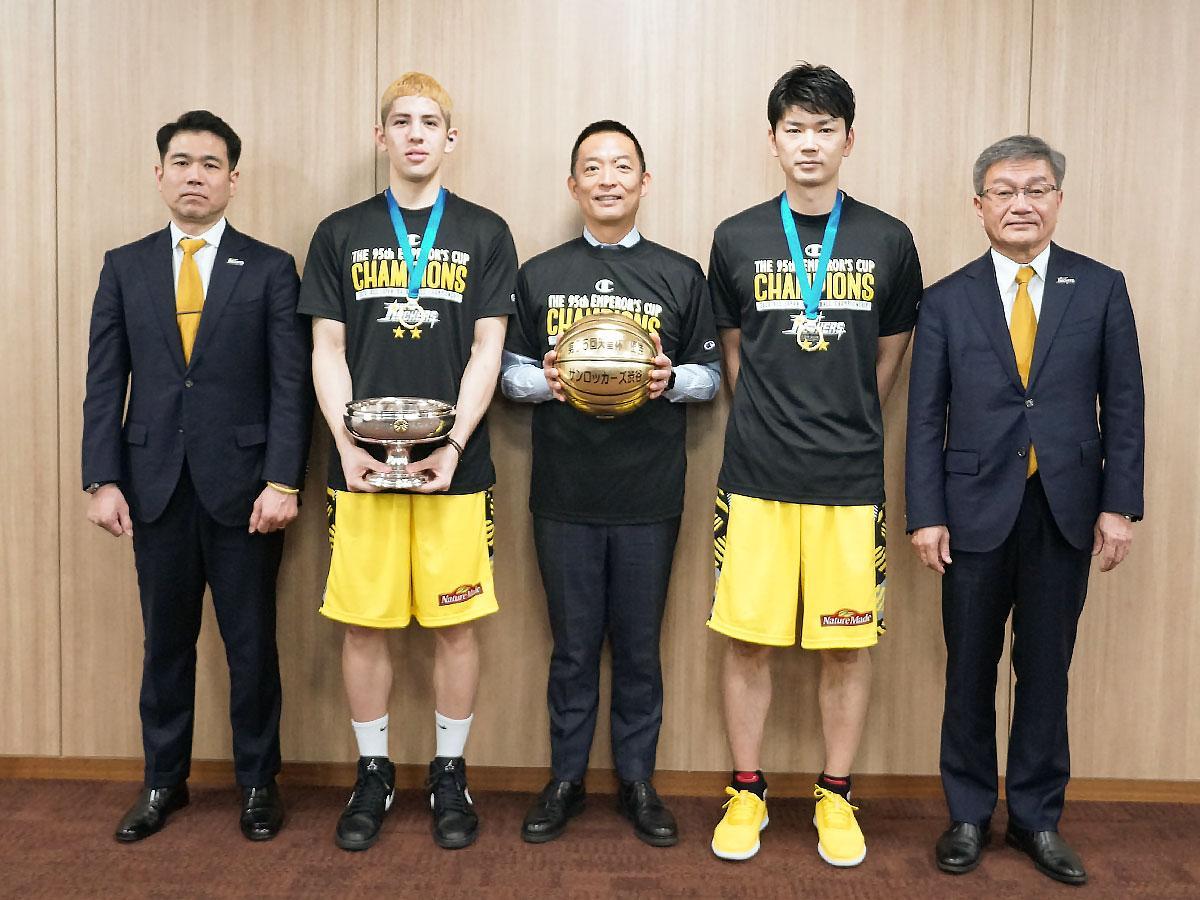 「天皇杯」優勝を報告し長谷部健渋谷区長(中央)に金色のバスケットボールと記念Tシャツを進呈したサンロッカーズ渋谷の選手たち
