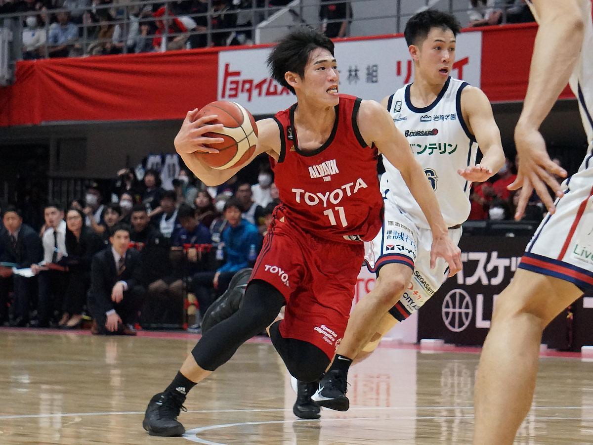 「自分がステップアップするため」と後半は積極的にドライブを仕掛けた須田侑太郞選手(中央手前)