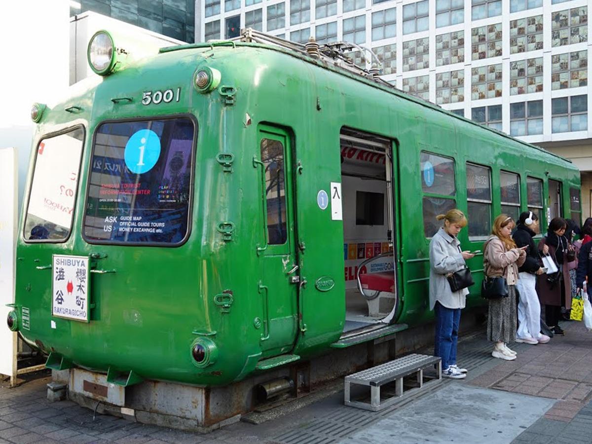 ハチ公前広場に設置されている「東急5000系車両(愛称=青ガエル)」