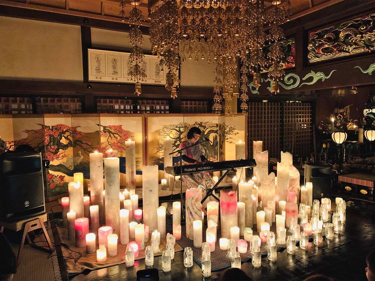 2月11日に福島・常勝院岩城寺で行ったキャンドルナイトライブの様子