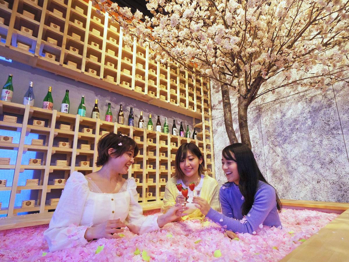 店内には造花120万枚などを詰める「桜風呂」も用意する(写真は昨年開催時の様子)