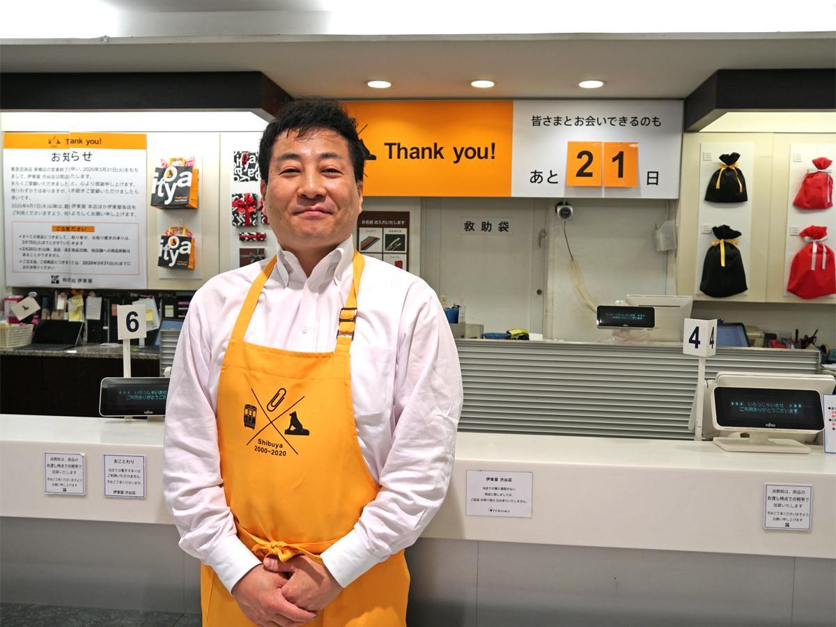 佐古玲店長の後方には、閉店まで21日を示すカウントダウンカレンダーが設置