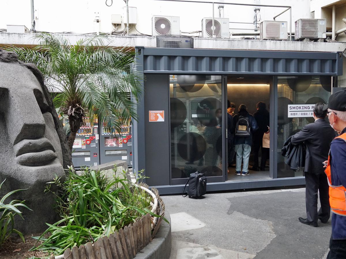 渋谷駅モヤイ像喫煙所に設置されたコンテナ型喫煙所