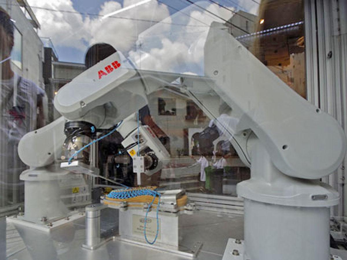 店頭に置く2 本のアームで「UNEEK」を製作する製造ロボット「UNEEKBOT」