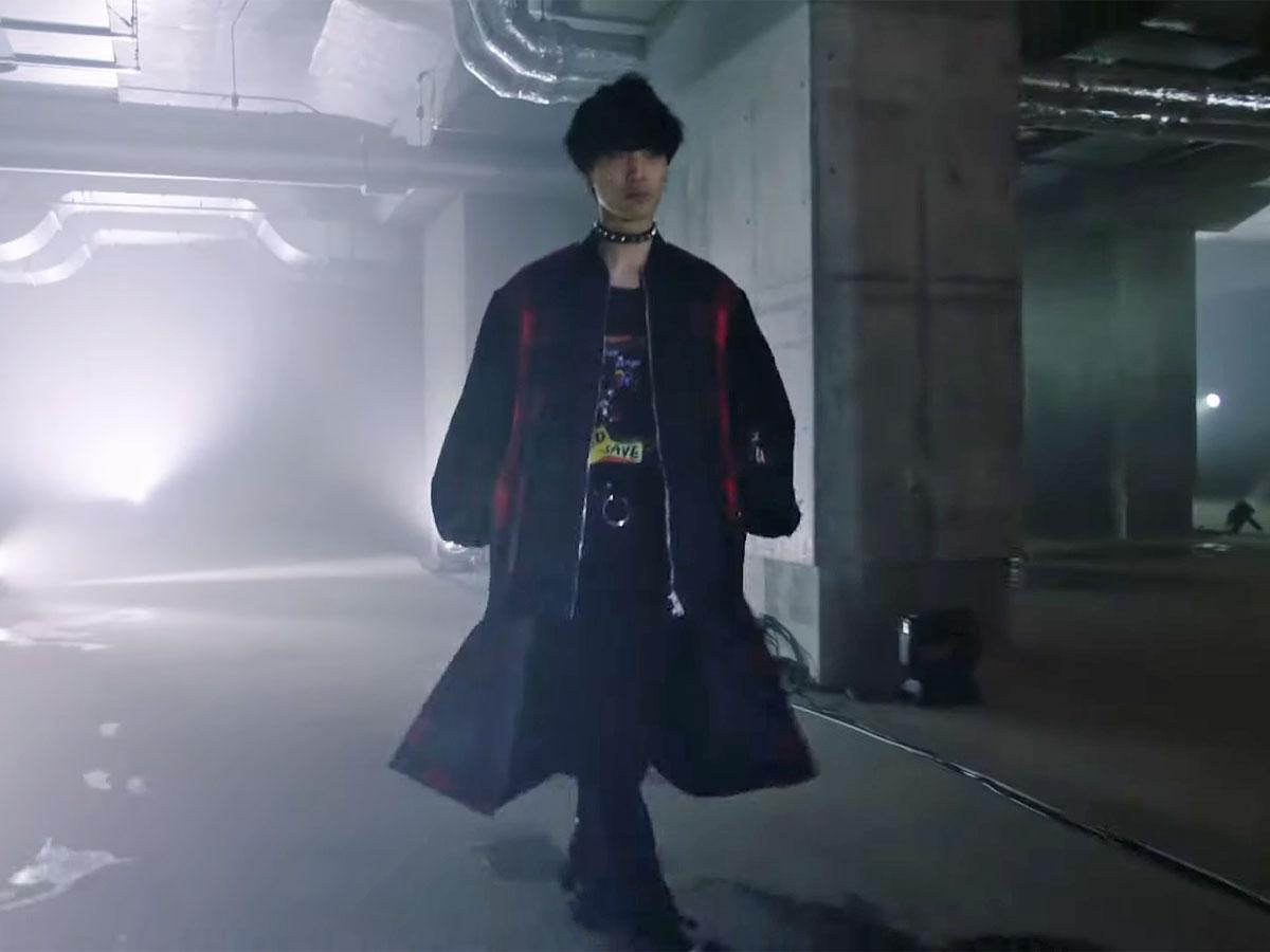 工事中の渋谷駅西口地下施設を舞台にした「KIDILL」のファッションショーより