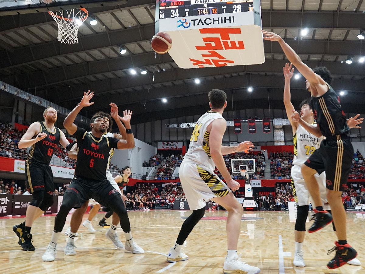 アルバルク東京(黒のユニホーム)は地区1位、サンロッカーズ渋谷(白のユニホーム)は地区4位が確定した