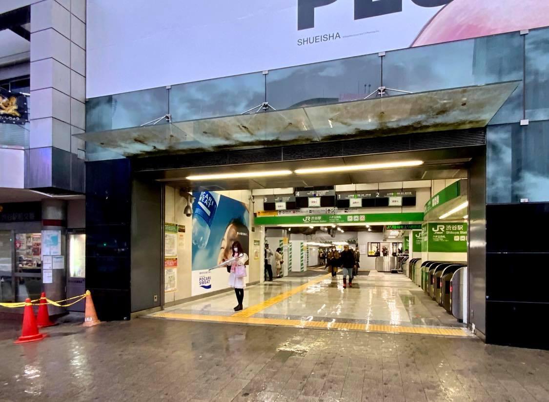 新たに供用を開始したJR渋谷駅「ハチ公改札」の連絡通路(左は渋谷駅前交番)