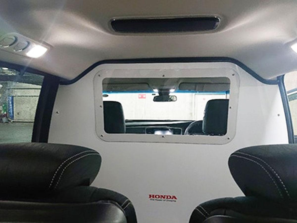 運転席と後部座席の間にアルミ板の仕切りを設置する車内