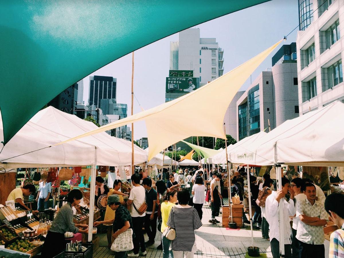 国連大学前で毎週末開催されていた「青山ファーマーズマーケット」(現在は休止中)