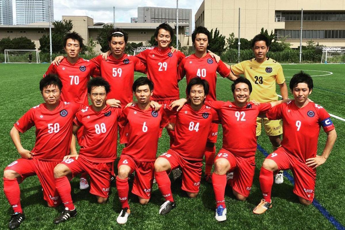 渋谷を拠点にする「TOKYO CITY F.C.」の運営スタッフ小泉翔さん(右下)がプロジェクトを立ち上げた