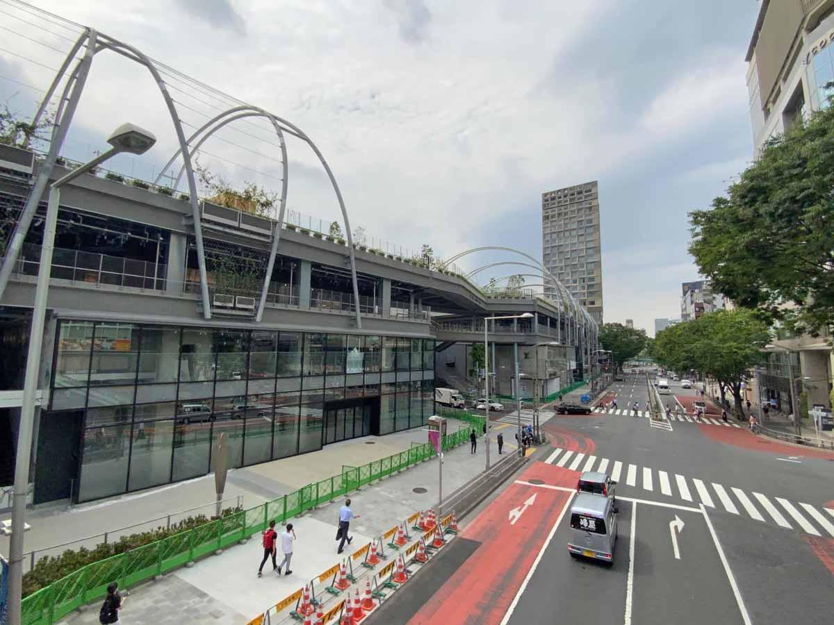 明治通り沿いに開業予定の「ミヤシタパーク」外観(5月28日撮影)