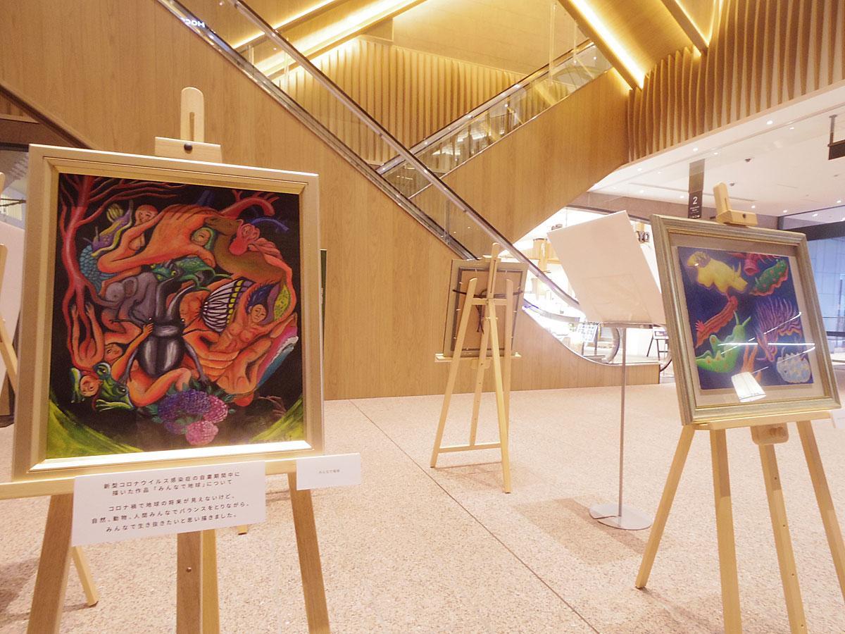新型コロナウイルス感染症の自粛要請期間中に描いた「みんなで地球」(左)など南海キャンディーズ・しずちゃんの作品
