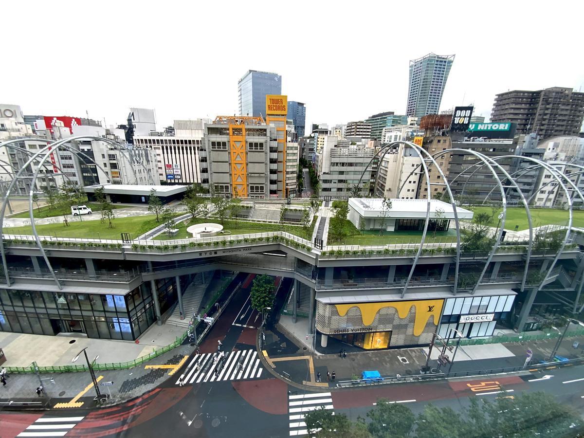 「MIYASHITA PARK」外観(屋上部分が渋谷区立宮下公園)