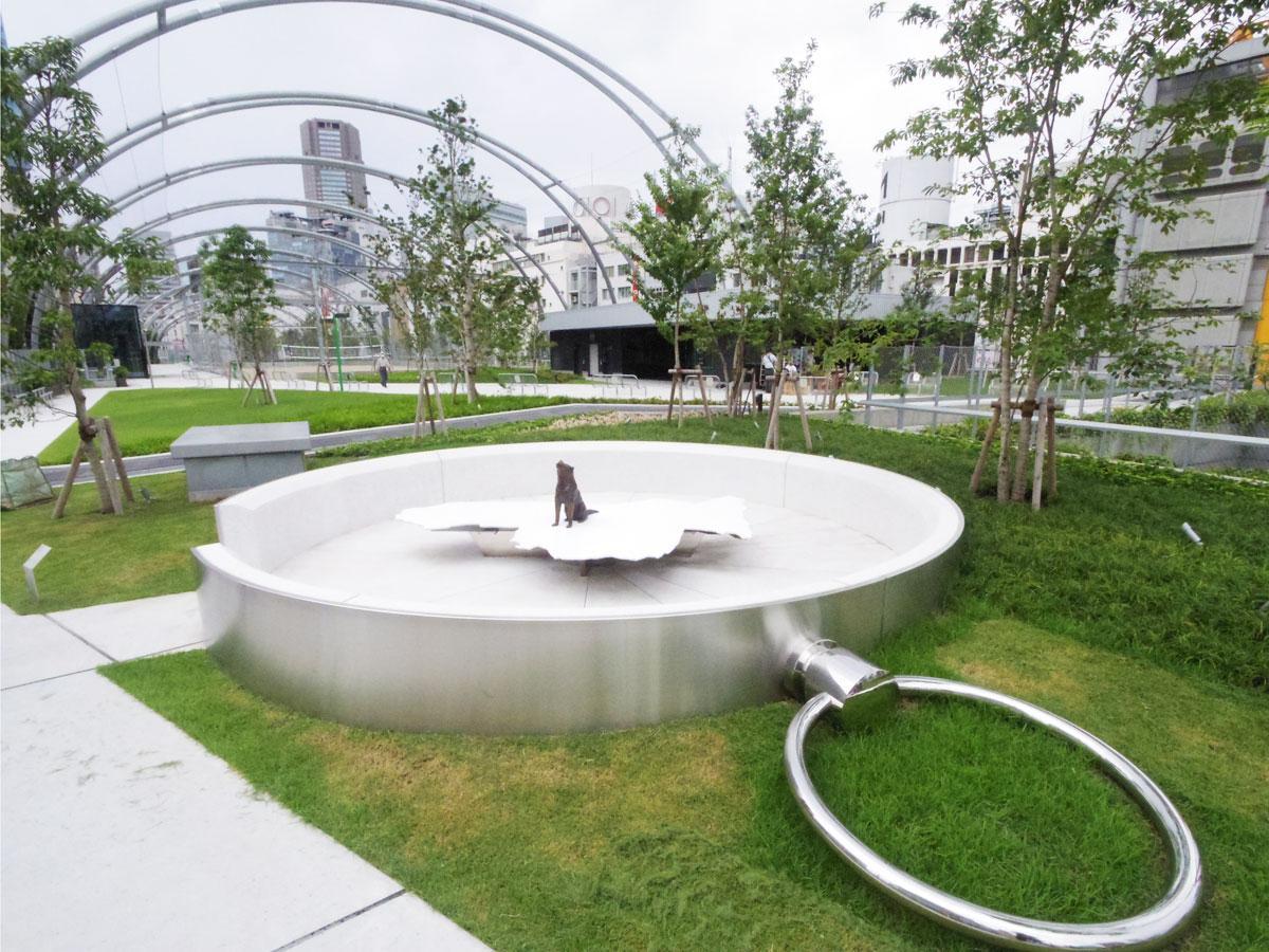 ベンチとして座れる「渋谷の方位磁針|ハチの宇宙」