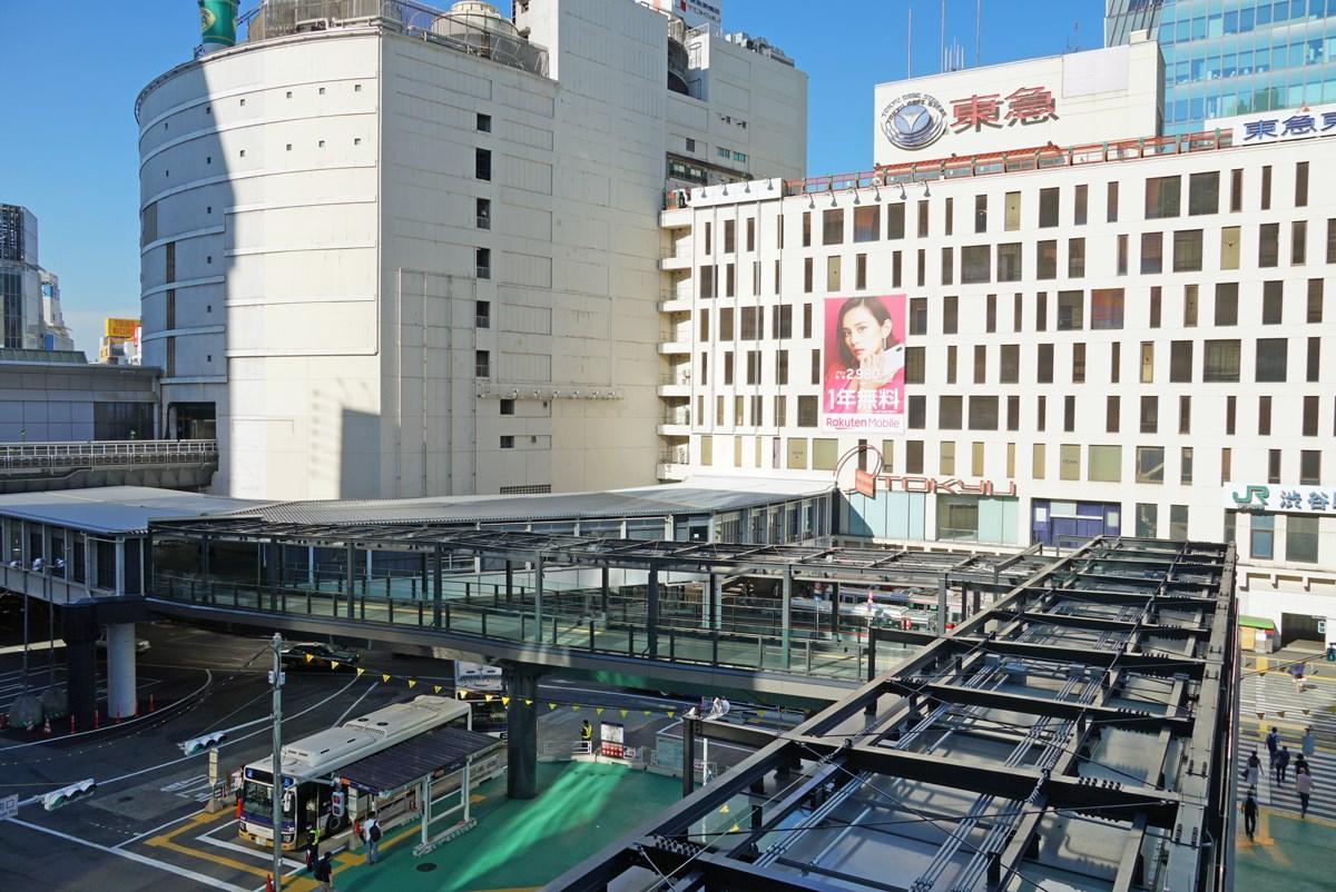 東急東横店南館に真っすぐ伸びる「渋谷フクラス接続デッキ」と、渋谷マークシティ側から南館に弧を描きつながる「西口連絡通路」(8月21日撮影)