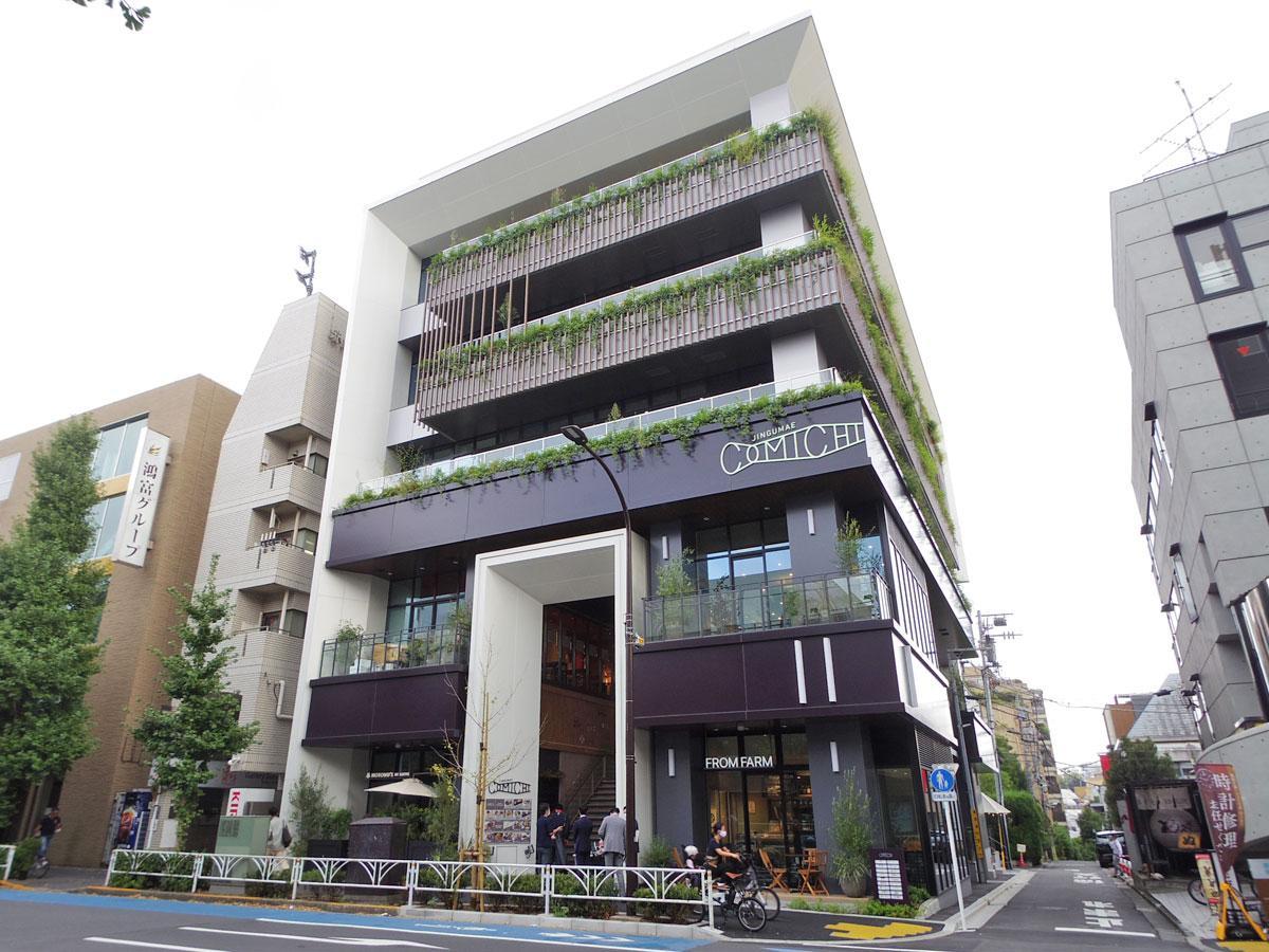 1・2階に「JINGUMAE COMICHI」を展開するビル外観
