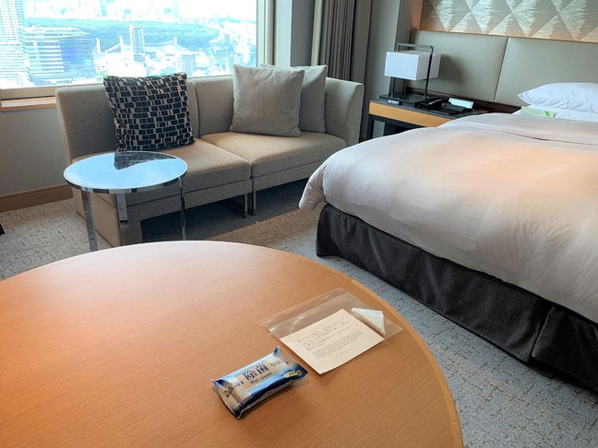 除菌シートなどを用意する客室内のイメージ