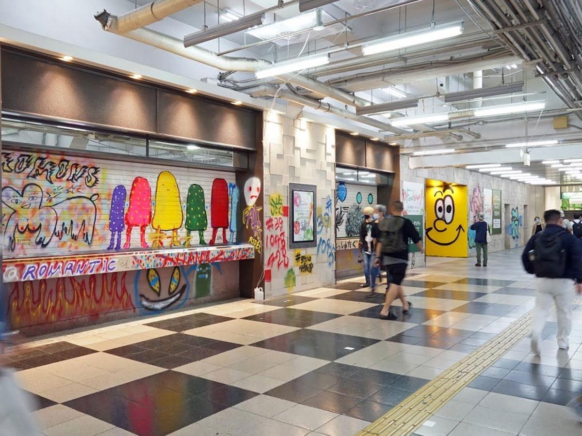 アーティストの作品が並ぶ旧東急東横店跡の通路