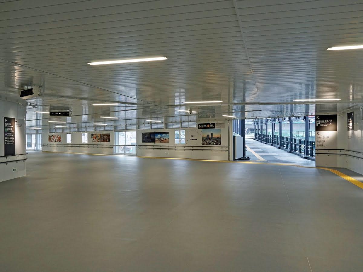 26日初電から供用を開始する「(仮称)西口連絡通路」の内部。幅約10メートルの空間が広がる(9月24日撮影)