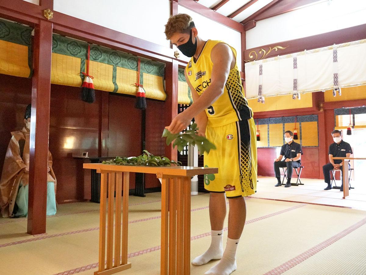 玉串を奉奠(ほうてん)したベンドラメ礼生選手