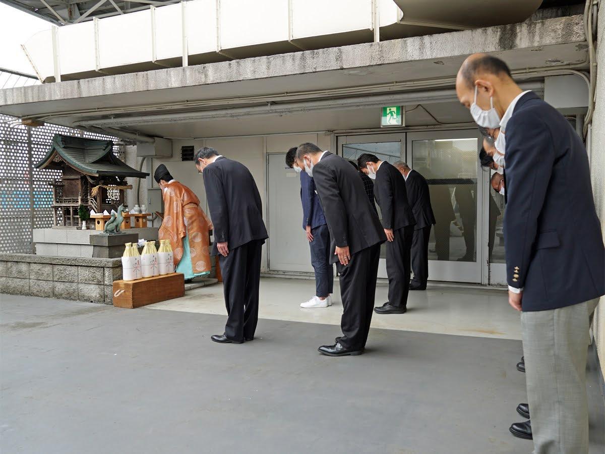 旧東横店西館屋上の「東横稲荷神社」から御神体を移す遷座祭の様子。