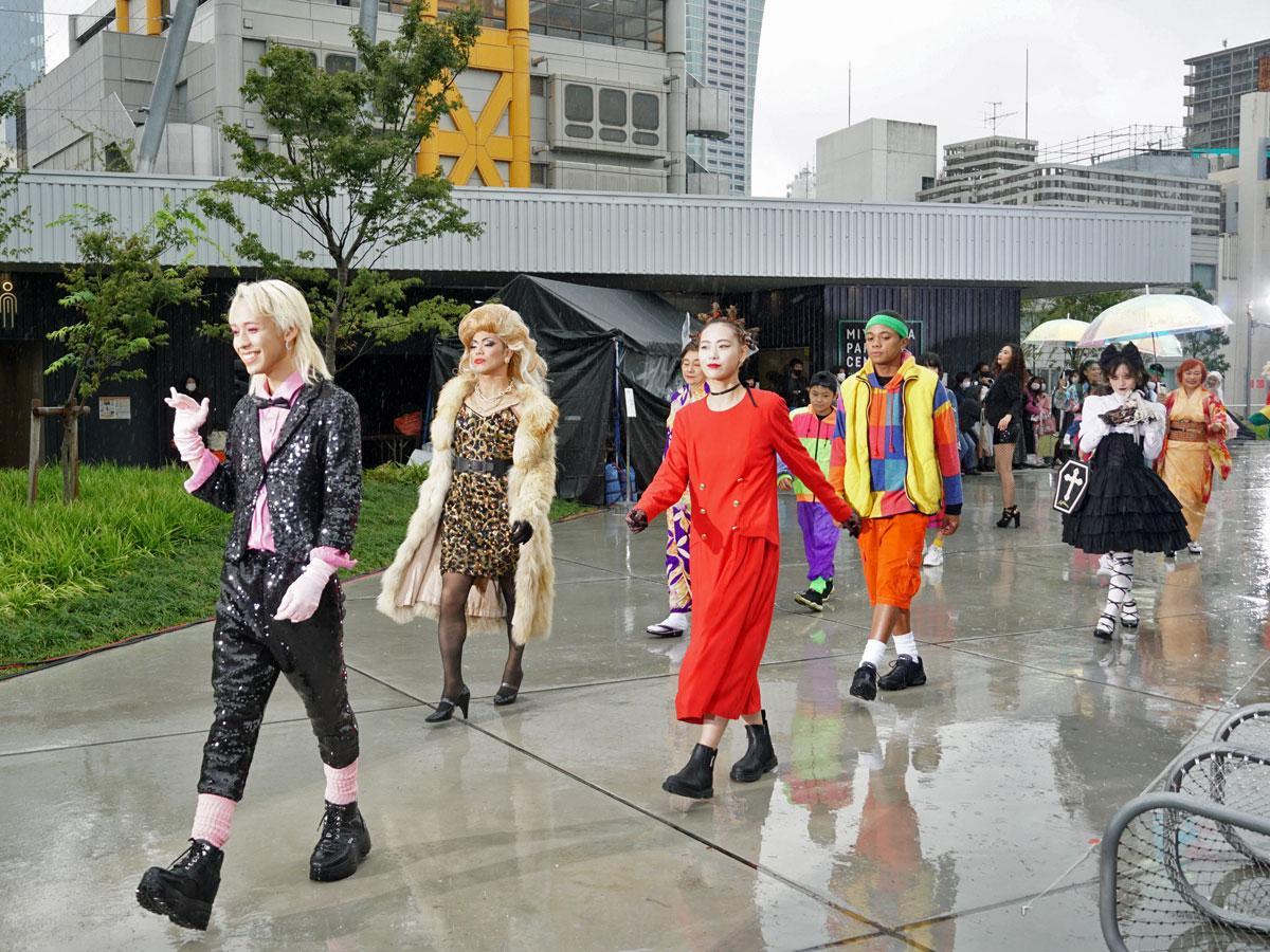 古着を使い「多様なファッション」を表現したショーをプロデュースしたりゅうちぇるさん(左)