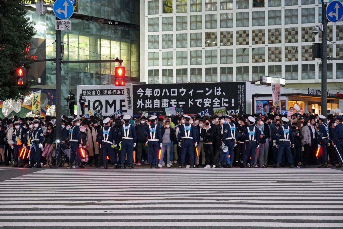 交通規制は行わなかったが、大勢の警察官が歩行者の誘導に当たった渋谷駅前交差点