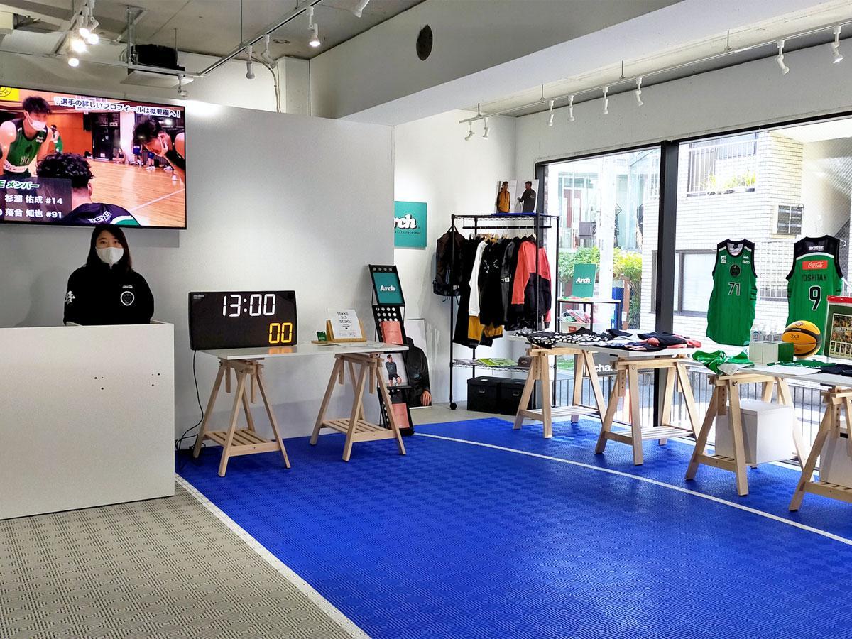 店内ではTOKYO DIMEのグッズなどを販売しモニターでは試合などを上映する