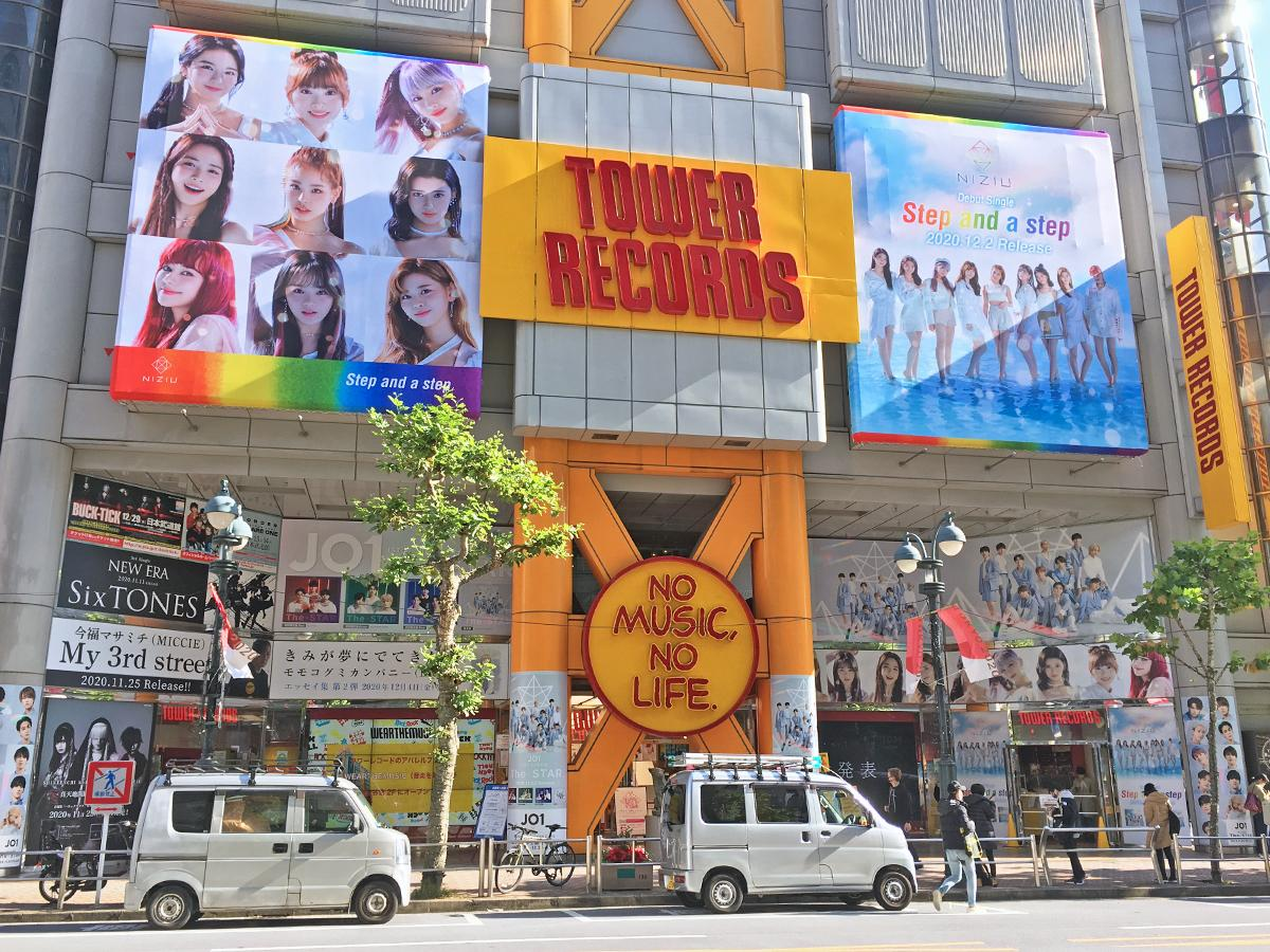 NiziUのビジュアルを掲出するタワーレコード渋谷店外観