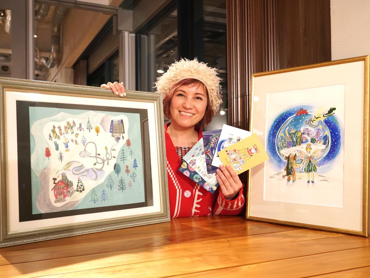 シンガー・ソングライターの横沢ローラさんと、クリスマスソングの世界観を描いたイラストの原画