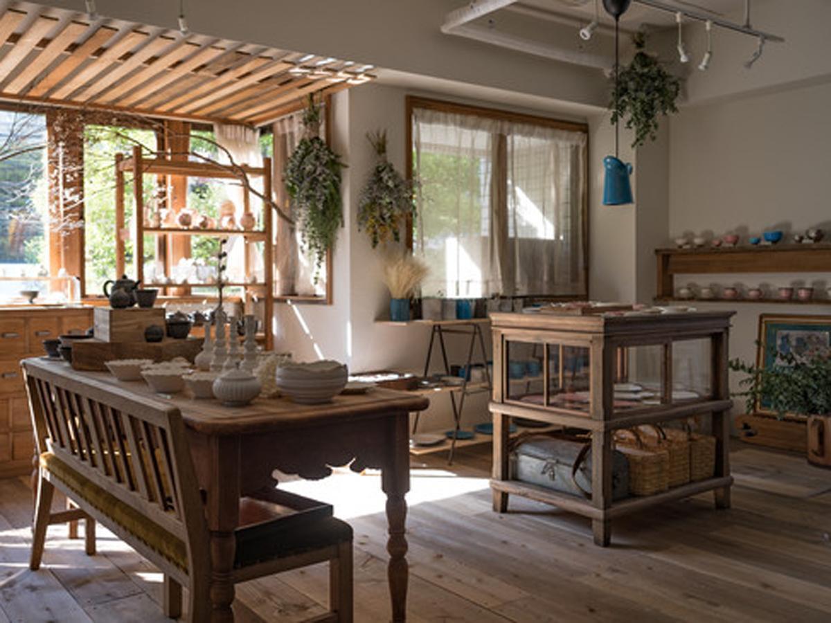 器や木工品などを扱う店内