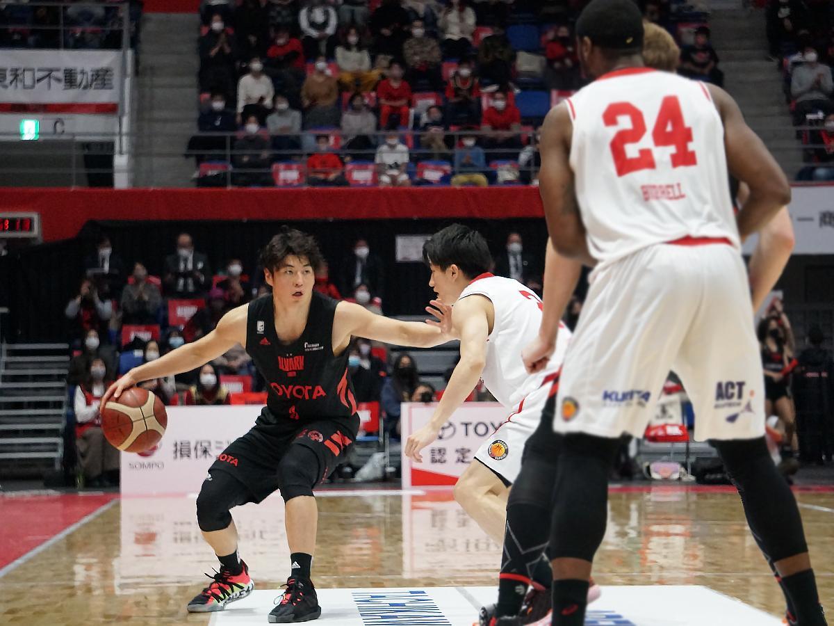 安藤誓哉選手(左)は17得点4アシストなどチームを引っ張った
