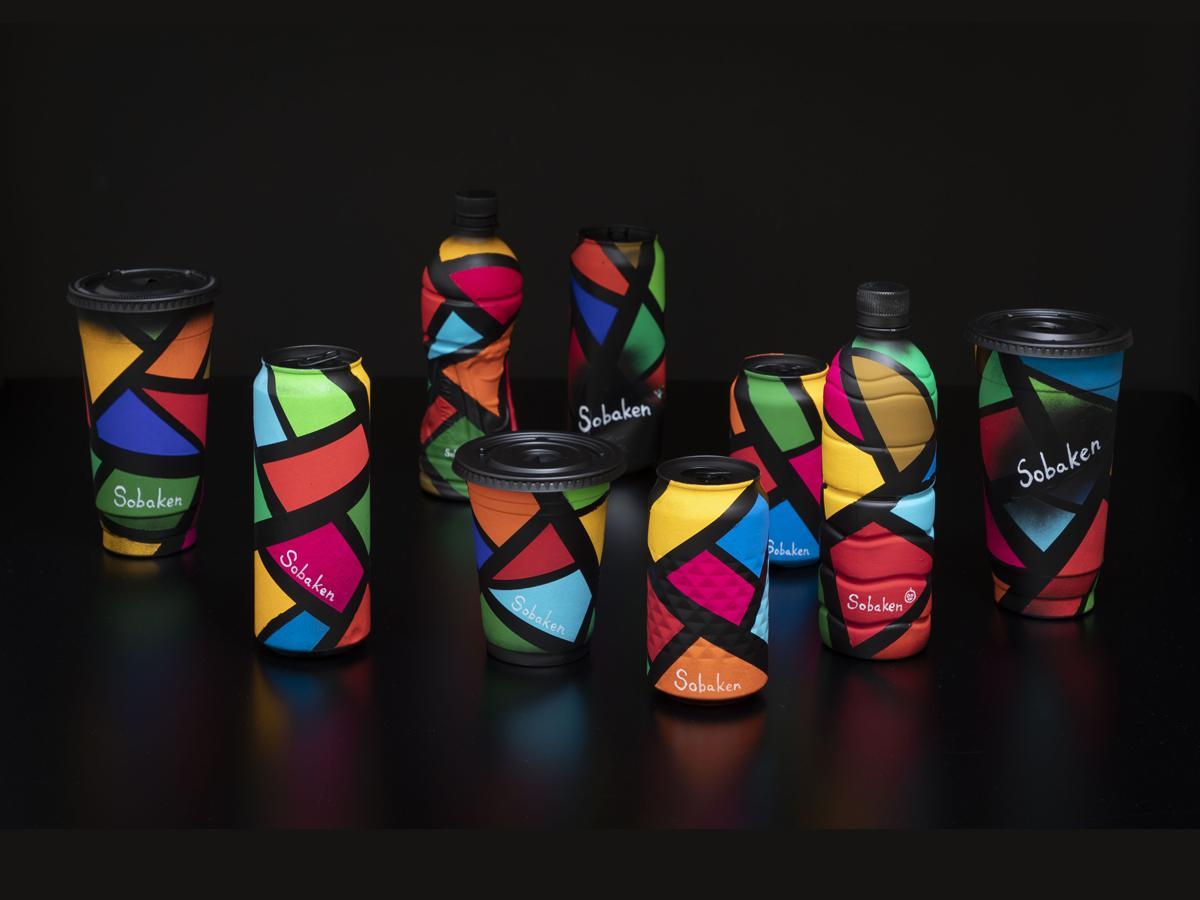 集まった資源でSDGsの17色のカラーを転写しアート作品として再生した傍嶋賢さんの作品「SHIBUYA Trash And SDGs」