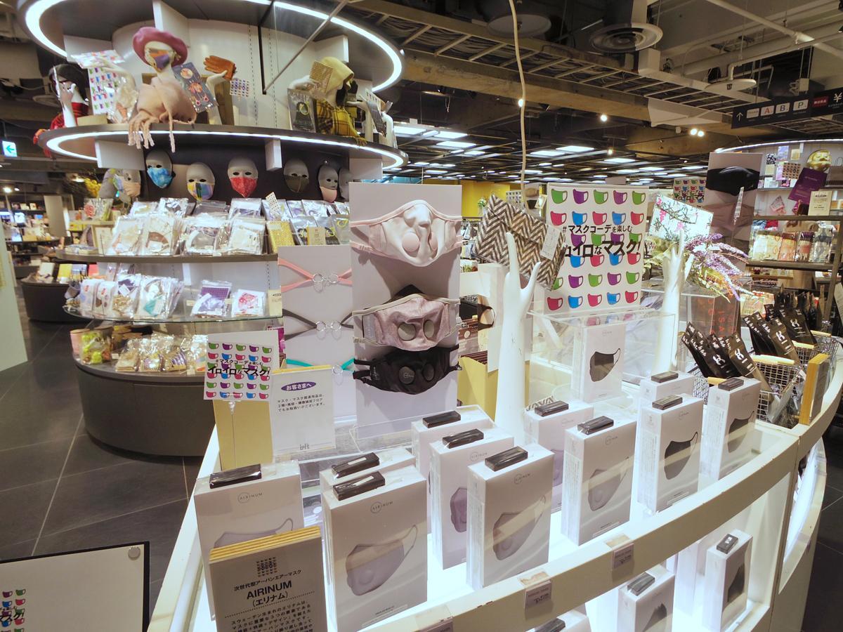 布マスクを中心に色柄含め焼く460種類のマスクを集積する売り場