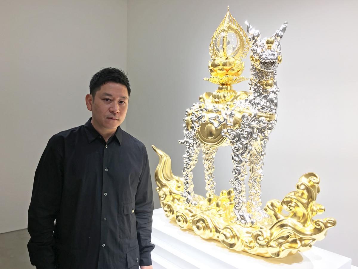 「今の世の中のムードを含め表現した」と話す名和晃平さん。写真の作品は「Trans-Sacred Deer (g/p_cloud)」(通称・雲鹿)