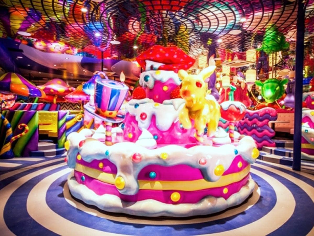 店内中央のケーキ型のメリーゴーラウンドが印象的な店内