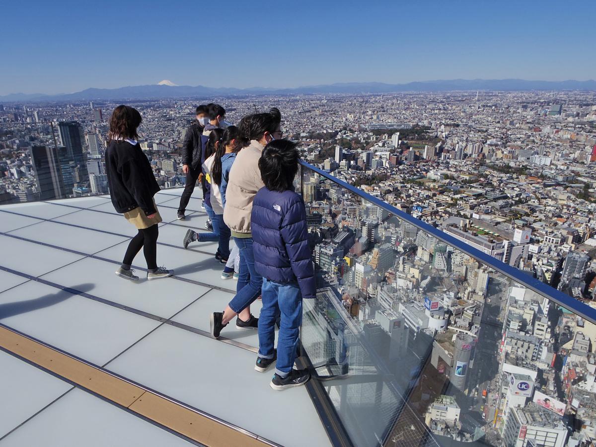 地上約230メートルから渋谷の街を見下ろす児童たち