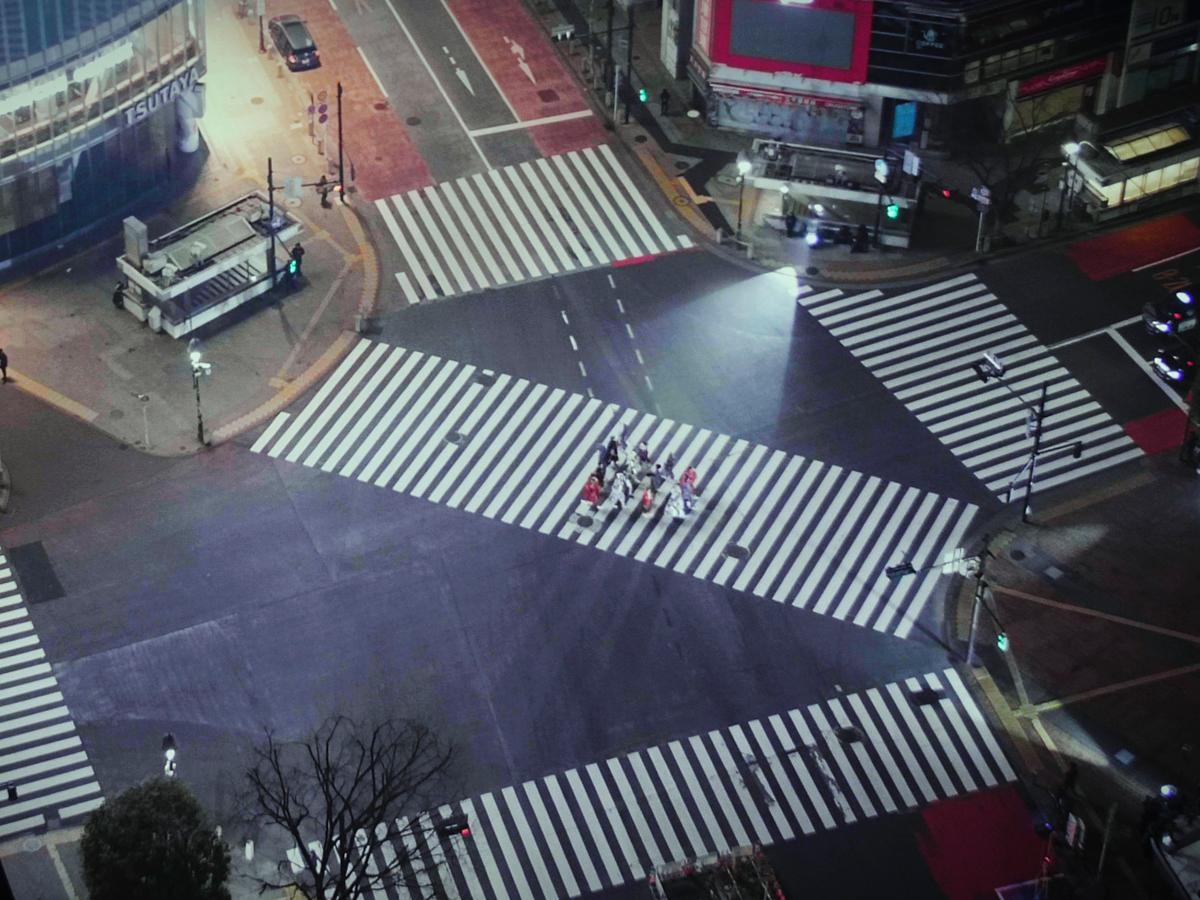 渋谷駅前スクランブル交差点で行われた「KANSAI YAMAMOTO」のショー映像より