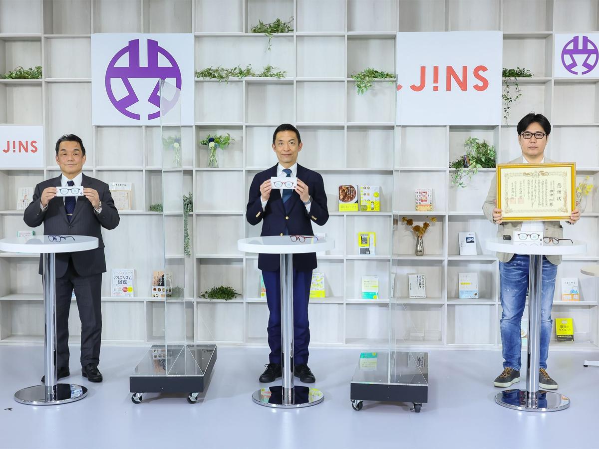 寄贈式に参加した長谷部健渋谷区長(中央)やジンズホールディングス田中仁社長(右)ら