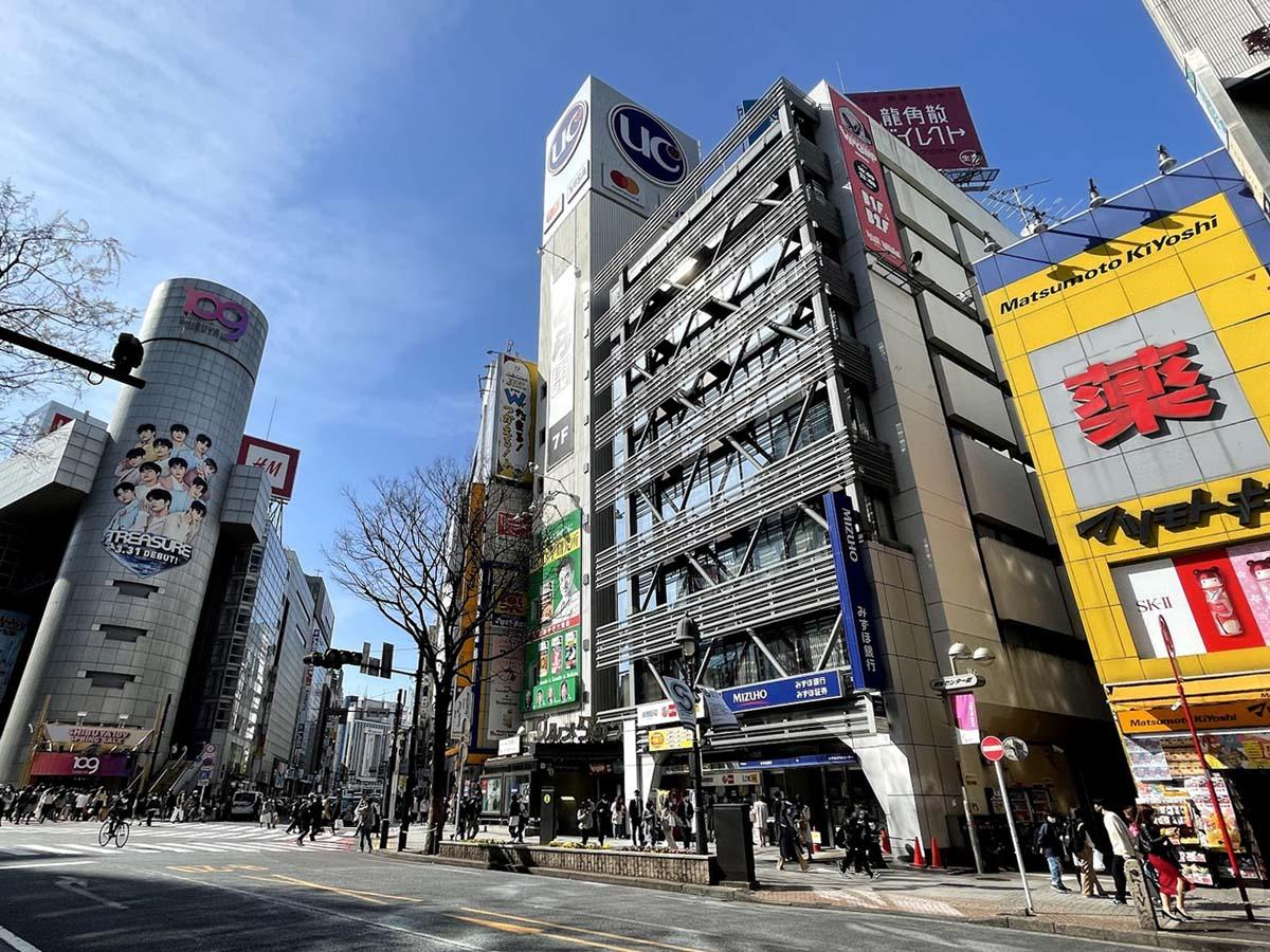 渋谷区内の商業地で最高額となる調査地点=渋谷第一勧銀共同ビル(中央)付近