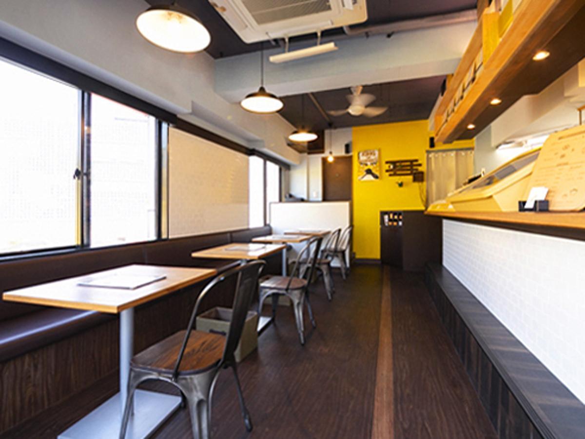 黄色をベースにウッド調の家具を置く店内