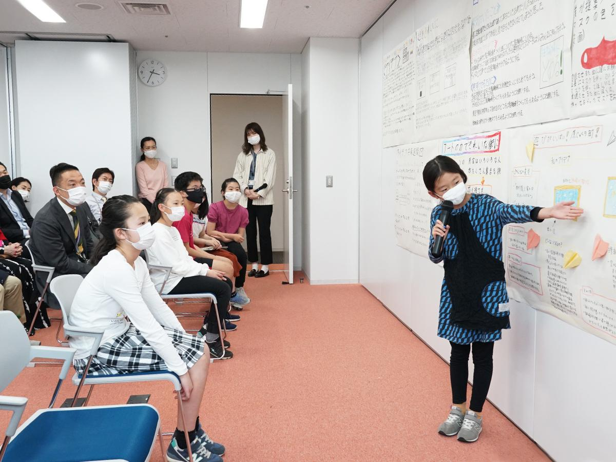 参加した児童たちは自身の案を長谷部健渋谷区長ら大人にプレゼンした