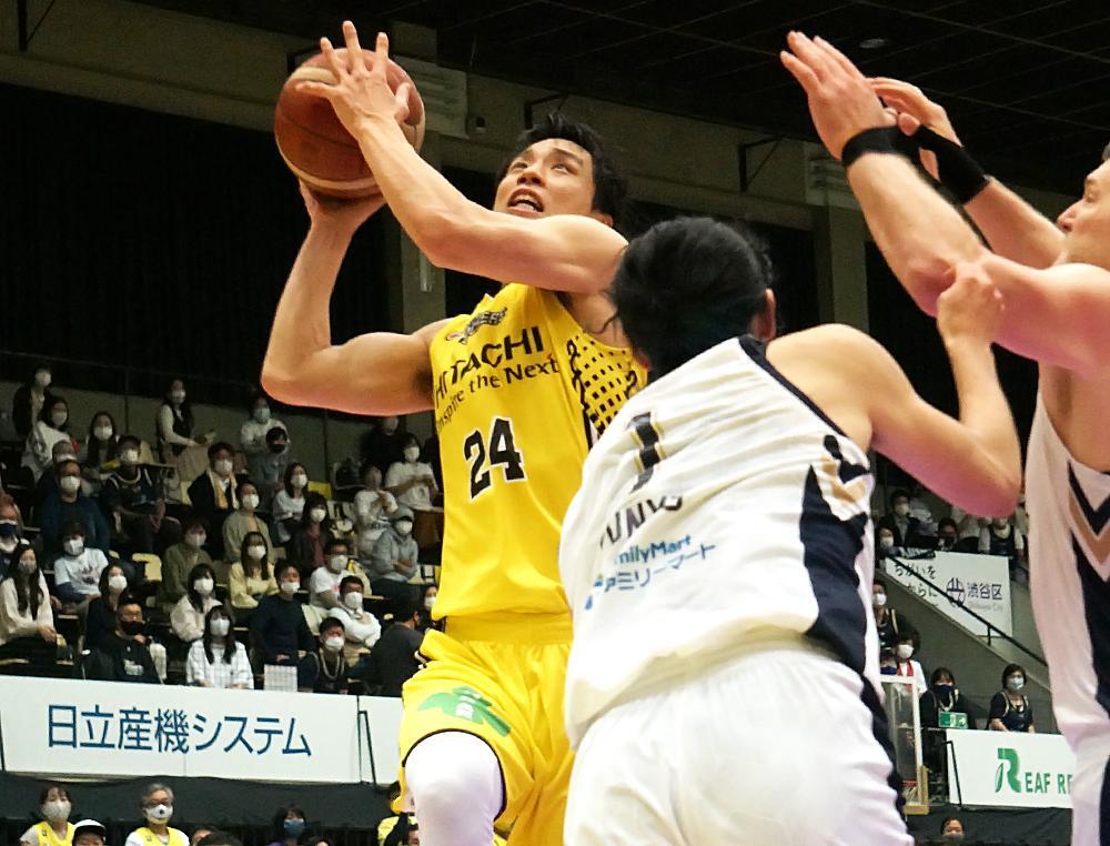終盤にバスケットカウントを奪い吠えた広瀬健太選手(左)