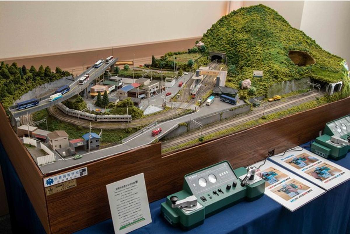 客室内に設置する岩倉高校鉄道模型部が制作した鉄道ジオラマ