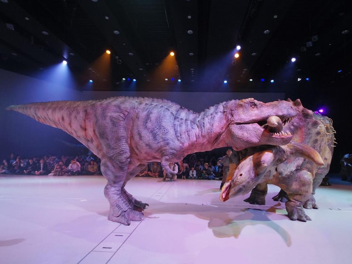 眼前で精巧な恐竜が動き回る。写真は過去の公演より