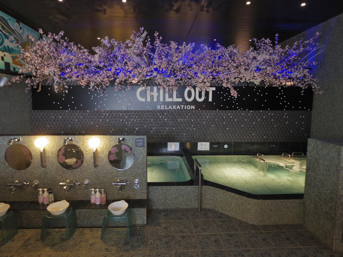 桜の木を装飾する浴室