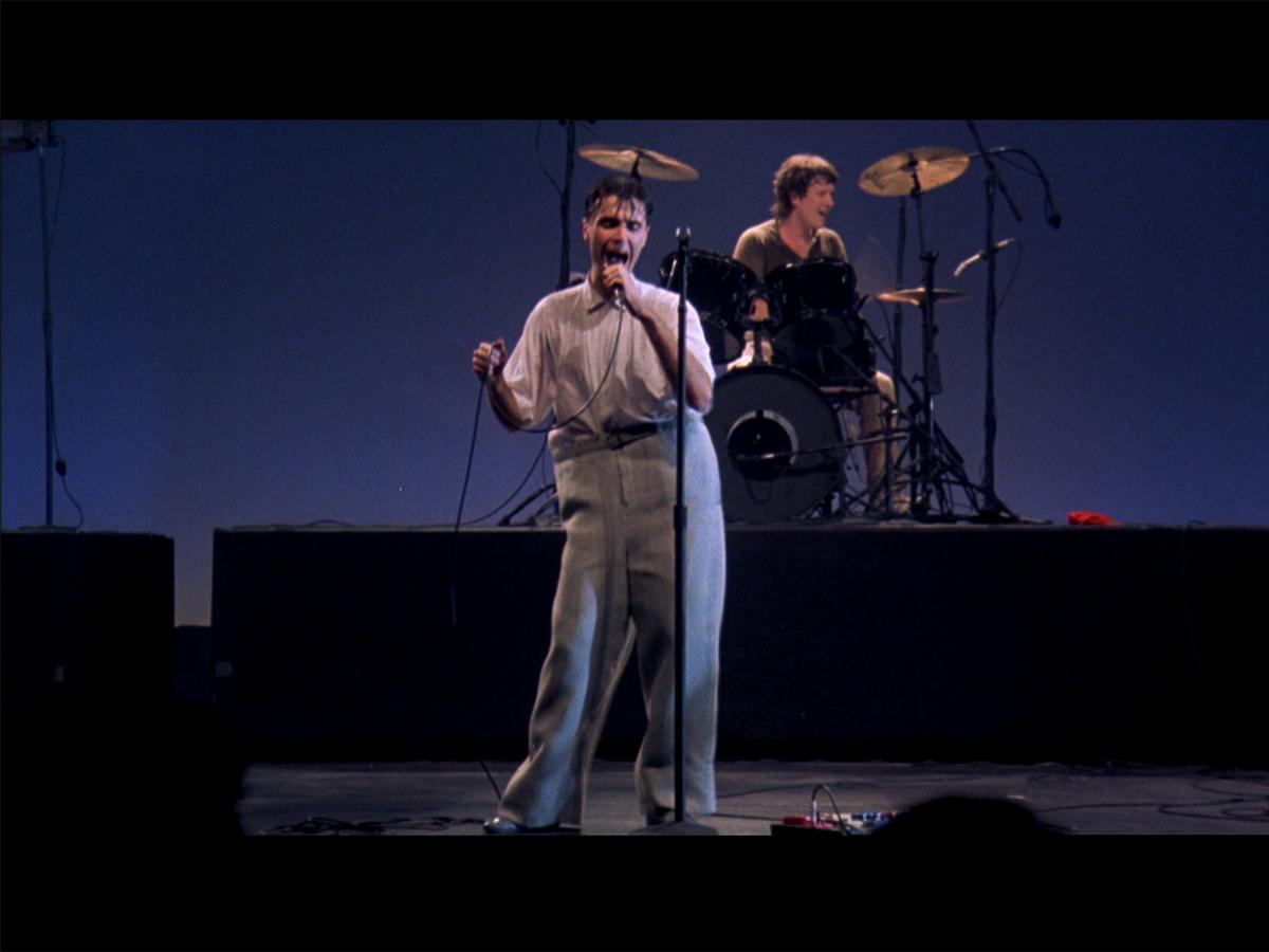 ダボダボのスーツで歌うシーンでも知られる「STOP MAKING SENSE」より©1984TALKING HEADS FILMS. ALL RIGHTS RESERVED