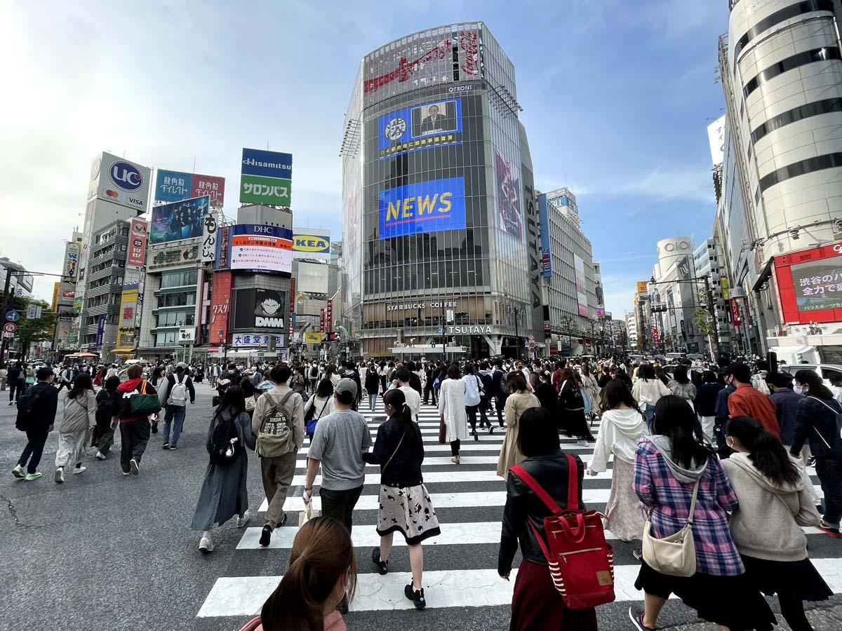 多くの人出があった緊急事態宣言発出前日の渋谷駅前交差点の様子(24日15時47分撮影)