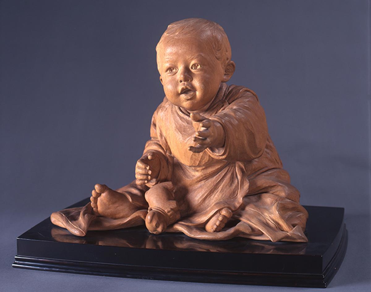 展示されている平櫛田中の「幼児狗張子」1911年、木彫(41×55×44センチ、台座を含む)。井原市立田中美術館蔵