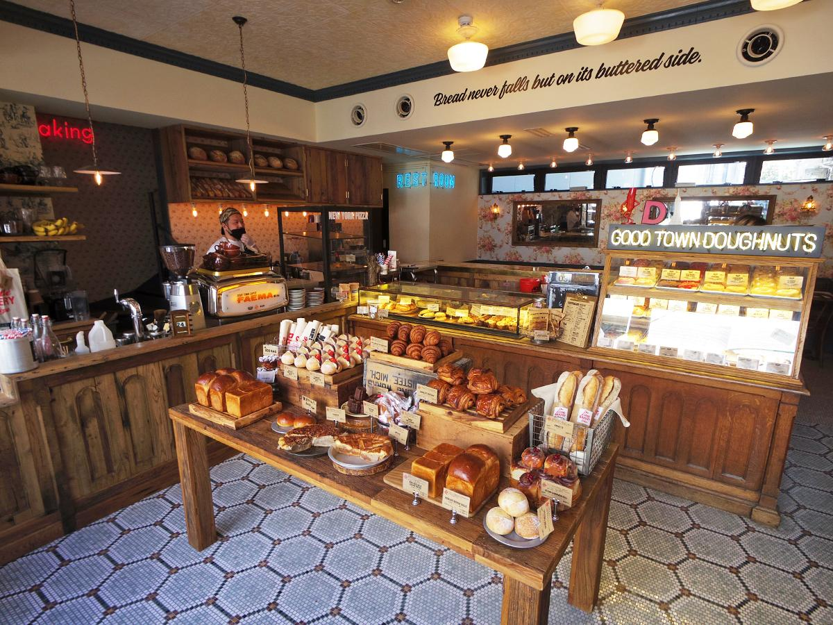 店内の工房で手作りするパンが並ぶ店内